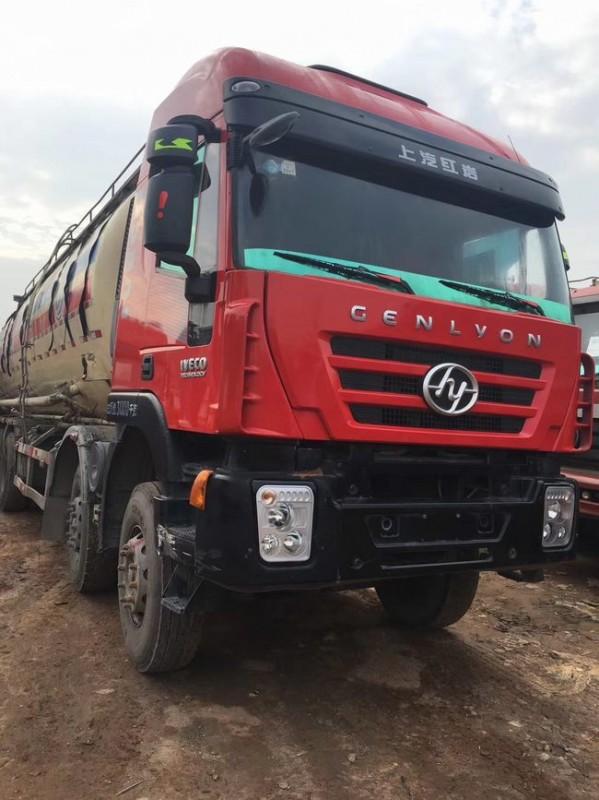 红岩杰师前四后八水泥罐车。390马力。国四排放。